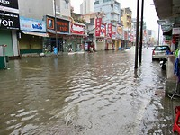 Overstroming in Hue, tot de knieën in het water...