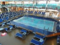 Het zwembad op het cruiseschip