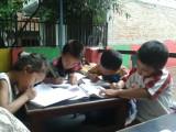 Weeskinderen ijverig huiswerk maken