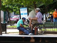 Plaza, schoenenpoetser aan het werk