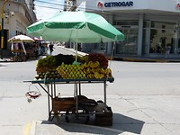 Plaza in Salta, stalletje met stapels heerlijk vers fruit