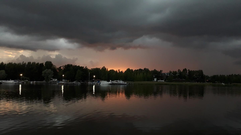 Onweerswolken tijdens zonsondergang, Helsink