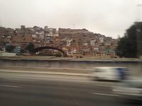 Sloppenwijken langs de snelweg