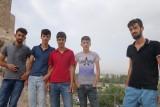 Ook dit groepje jongens wil een foto. Ze hebben niet door dat het moment verkeerd gekozen is.