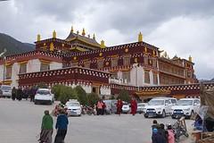 Klooster met veel bezoekers.