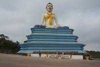 Boeddha op weg naar Bokor Hill