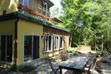 Het huis met uitzicht op de achtertuin en woonkamer