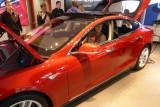 Bart test de nieuwste Tesla