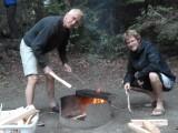 De mannen verzorgen het vuur