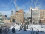 Sneeuw en rokende wolkenkrabbers