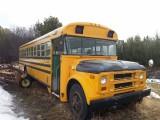 Oude schoolbus op het land, nostalgie