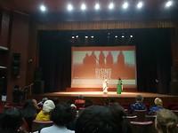 regisseuse 'Rising Silence' geeft toelichting tijdens filmfestival. Indrukwekkende film