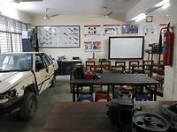 trainingslokaal voor auto onderhoud. In zes maanden worden jongeren opgeleid tot junior mechanic