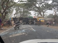 Bussen en vrachtwagen wanen zich ontastbaar, maar vaak gaat het fout. Gelukkig geen zwaargewonden.