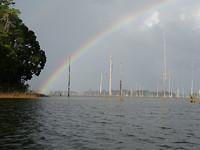 Regenboog op Brokopondomeer
