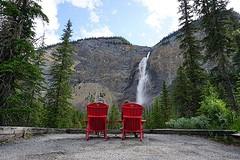 Rode stoelen bij Takakkaw falls