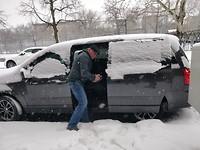 De auto weer uit de sneeuw halen