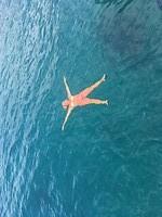 heerlijk drijven op het blauwe water