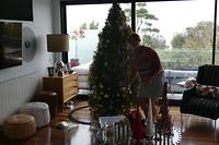 wat doe je op een regenachtige dag? De kerstboom opruimen!