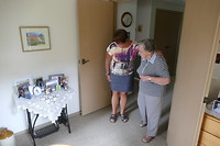 Corrie met tante Lenie naar de fototafel