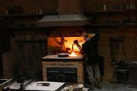 De goudsmid haalt het gesmolten goud uit de oven; 1200 graden!