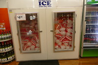 In de supermarkten verkoopt men zakken van 5 kg ijsblokjes