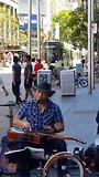 Straatmuzikant met bluesmuziek in Melbourne
