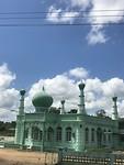 Een kleurrijke moskee. In Wanica in de buurt van Domburg.