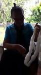 Moeder Oda Arupa maakt touw om mee te werken