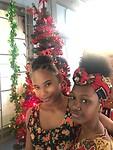 Tatiana en Kaylee bij de kerstboom .