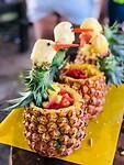 Mooie gevulde ananassen gemaakt in de vorm van vogels .