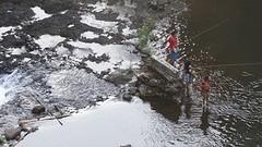 Vissende jongeren.