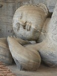 Specifieke houding van het hoofd en de rechter hand van een gestorven Boeddha.
