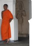Jonge monnik bij de Golden tempel (grottentempel)