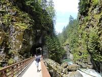 Prachtige wandeling door de tunnels heen