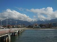 Op de pier kijkend richting Massa en de bergen (16 graden)