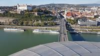 Uitzicht vanaf de UFO toren op Bratislava en de boot