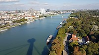 En de rest van de stad en de rivier