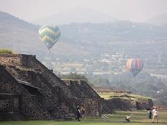 luchtballonnen boven de piramides