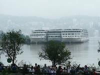 Drie cruiseboten naast elkaar.