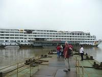 Over pontons terug naar de boot.