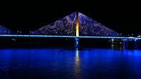 's Nachts onder een brug door varen.
