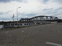 Het MS De Holland naast de spoorbrug in Zutphen