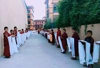 Monnikjes staan de priester op te wachten.