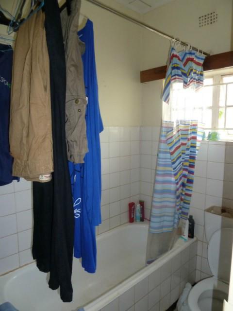 onze badkamer, waar we onze kleren wassen en ophangen aan de stang v