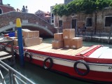 Ook daar veel pakketjes, maar dan met de boot.