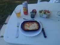 Eenvoudige maaltijd Lasagne uit de magnetron met salade