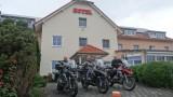 De drie musketiers voor het hotel in Limburg an der lahn bij Frankfurt.