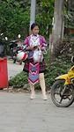 Een HMong vrouw in hun traditionele klederdracht