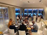 Het hele gezelschap aan tafel in Olympion Asty Hotel